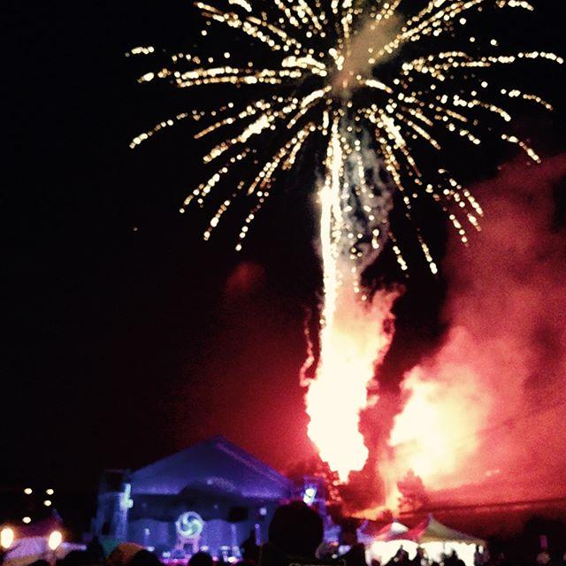 今年も吹上町の山神の饗宴に行く事が出来ました。幻想的な風景が広がりますが、松明の炎にピントが合わず写真が上手く撮れない#エアギター#真上にあがる花火#はかたさん#山神の郷公園#15周年