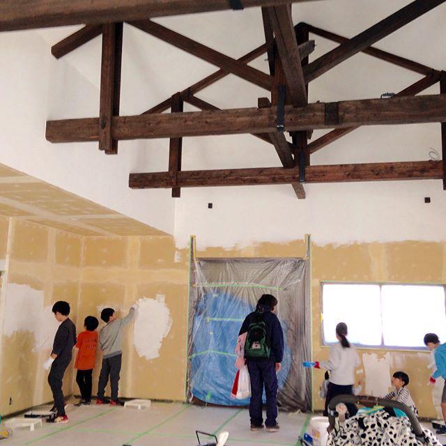 先日の週末は改修中の公民館の壁塗り、ワックス掛けを町内会の子供達としました。躯体をむき出しのオシャレな公民館になりそうです。#洋小屋組#公民館#構造体は100年もの?#小松原