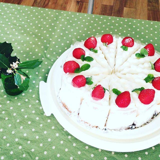 今年最後の公民館カフェ️ご近所の方の手作りお菓子はイチゴのショートケーキ今回は、警察官の方にも寄っていただきました。3枚目は、第2回リノベスクールのライブアクター田中元子さんの講演会中の写真。とても刺激になりまくった。#公民館#小松原#田中元子さん#むちゃくちゃカッコいい!#グランドレベル